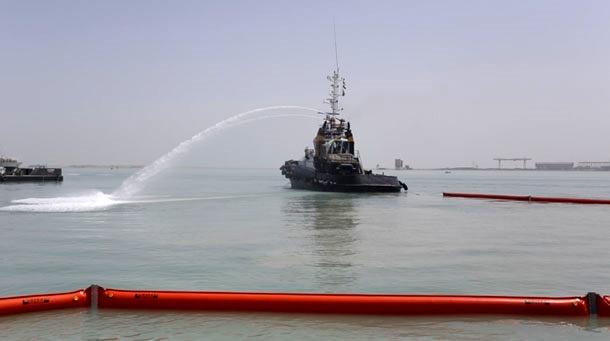 مقابله با آلودگی نفتی در اسکله شماره ۱۰ بندر بوشهر