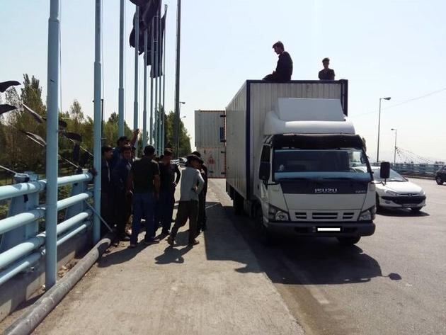 حمل ۱۲ کارگر روی سقف کامیونتی در تهران