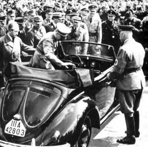هیتلر و پورشه در حال سوار شدن به فولکس قورباغه ای