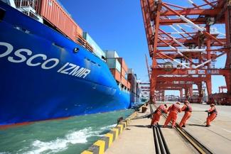 تلاش کارگران برای محکم نگه داشتن کشتی در بندرگاه
