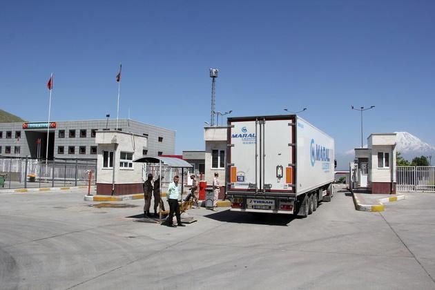 تردد بیش از ۱۲۷ هزار دستگاه کامیون در مرز بازرگان ثبت شد