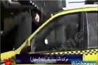 راننده ای که همسرش را روی کاپوت می کشاند، مسافر را زیر چرخ له خواهد کرد!