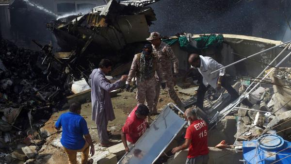 ۲ نفر از سانحه هوایی کراچی جان سالم به در بردند