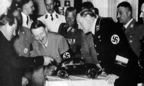پورشه در حال نمایش اولین ماکت فولکس قورباغه ای به هیتلر