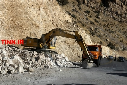 تلاش راهداران برای بازگشایی راهها و امداد به مردم مناطق زلزله زده کرمانشاه