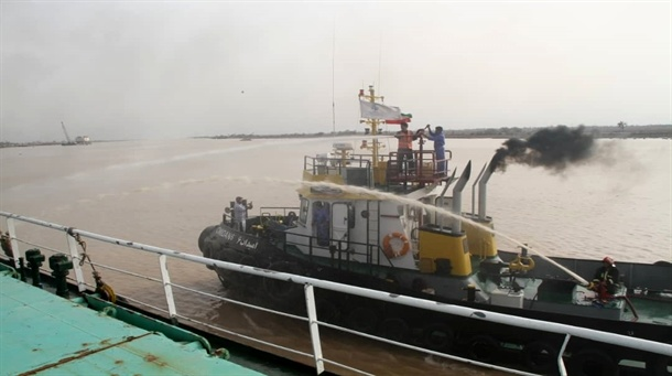 برگزاری مانور مشترک اطفا حریق دریایی و خشکی در بندر آبادان