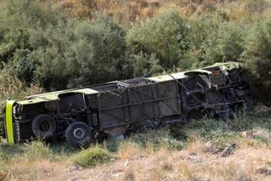 واژگونی اتوبوس در نیشابور؛ یک کشته و ۳۲ مصدوم