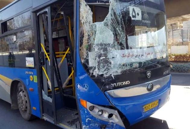 برخورد اتوبوس شهری شیراز با تیر برق