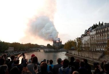 بهت فرانسویها از یک حادثه تلخ؛ «نوتردام» در آتش