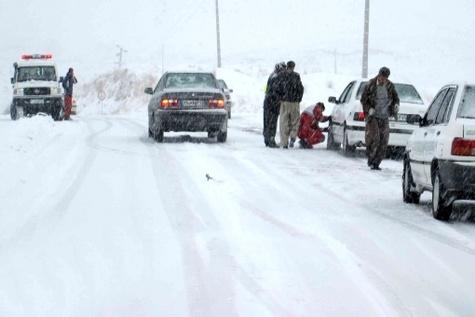 بارش برف در محورهای ۱۱ استان / توقف وسایل نقلیه فاقد زنجیر چرخ